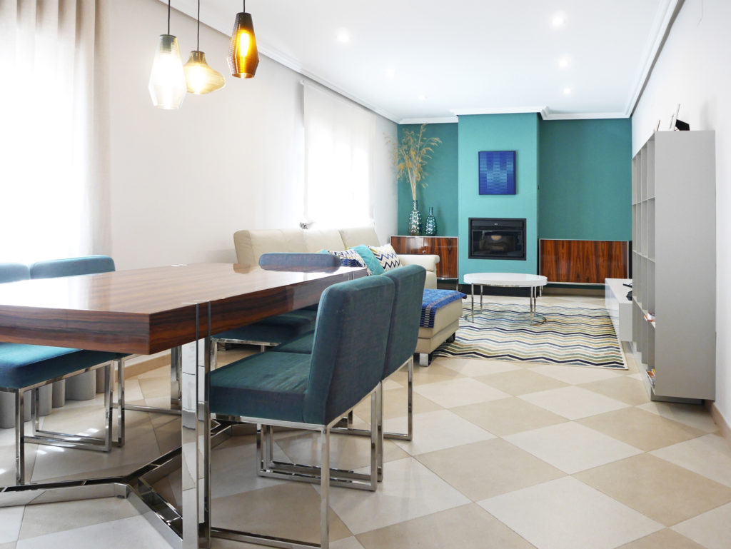 Muebles contemporáneos, muebles de diseño, chimeneas modernas, paredes azules, paredes verdes, lámparas de cristal, mesas contemporáneas, madera pau ferro, lámpara emma panzeri, espigas de colores, patrones geométricos, jarrones de cristal, tapicerias azules, Camengo, estanterias de chapa, salón contemporáneo
